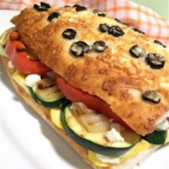 Ant griliaus keptų daržovių sumuštinis