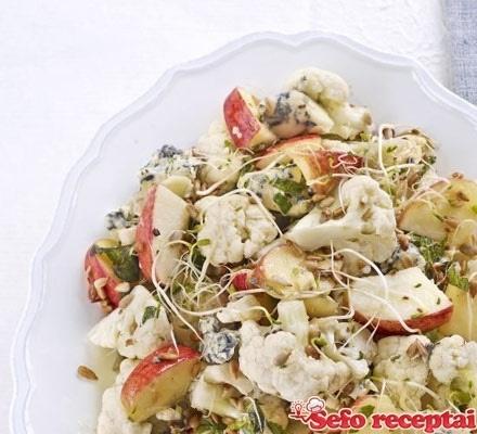 Traškios žiedinio kopūsto, obuolių ir varškės sūrio salotos