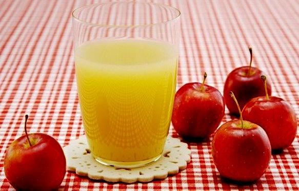 Obuolių sulčių ir kmynų gėrimas