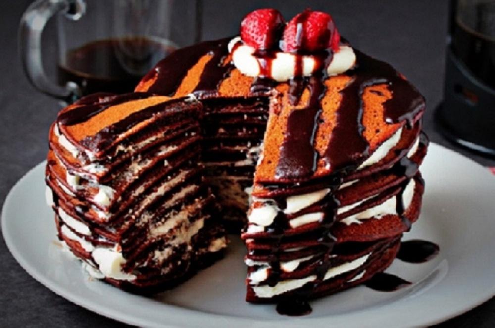 Blynų tortas su šokoladu ir grietinėle