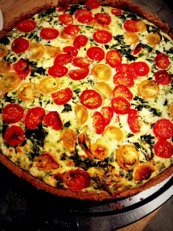 Pomidorų, sūrio, bazilikų ir kedro riešutų pyragas
