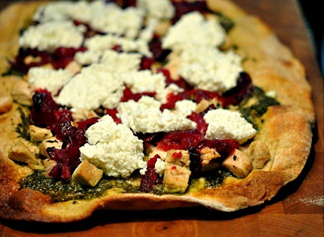 Pica su kalakutu, spanguolių ir pesto padažu