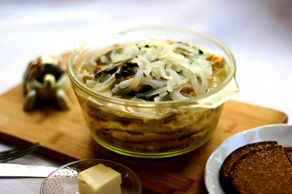 Silkė acto ir svogūnų marinate