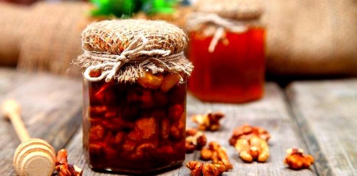 Graikiniai riešutai meduje