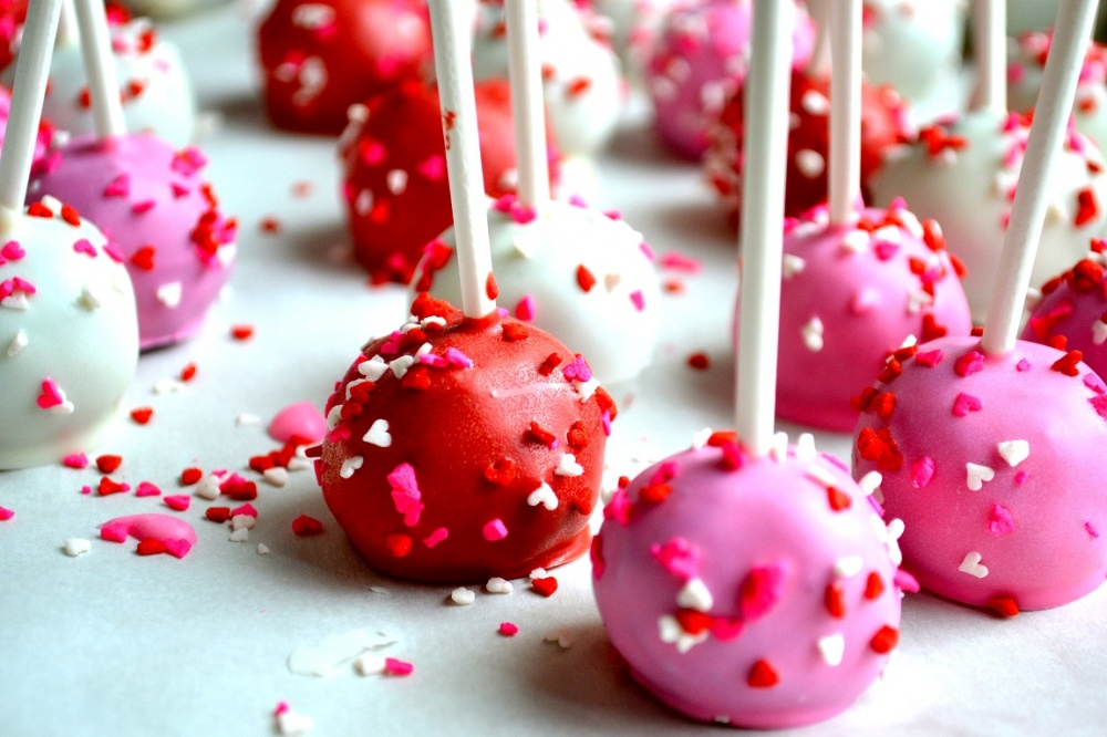 Biskvitiniai saldainiai ant pagaliuko