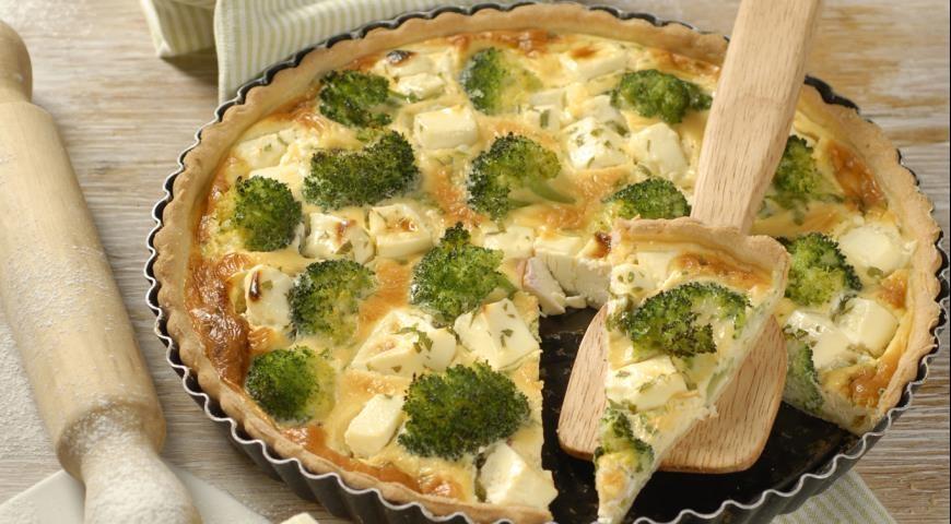 Brokolių pyragas su pėlėsiniu sūriu