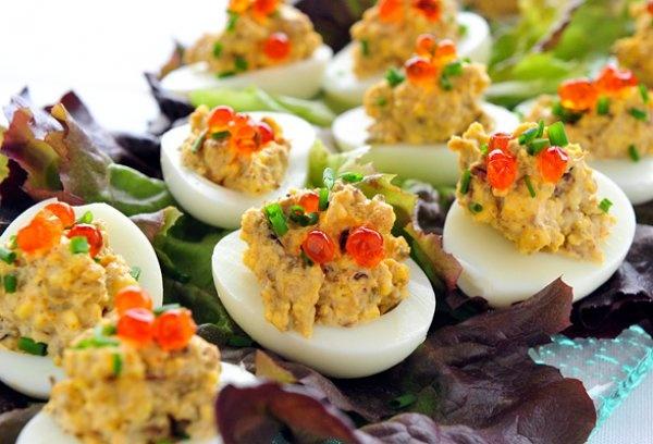 Įdaryti kiaušiniai su tunu ir ikrais