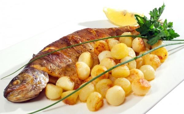 Gardus karpis su bulvių kroketais