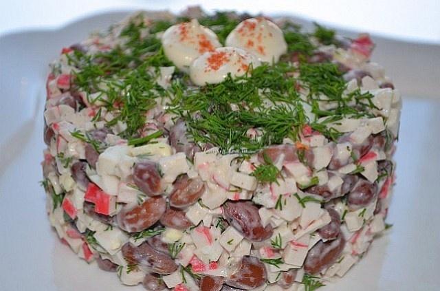 Greitos pupelių ir krabų lazdelių salotos