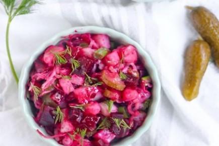 Burokėlių, pupelių ir raugintų agurkų salotos