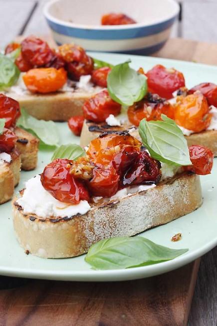 Brusketa su mocarella ir saulėje džiovintais pomidorais