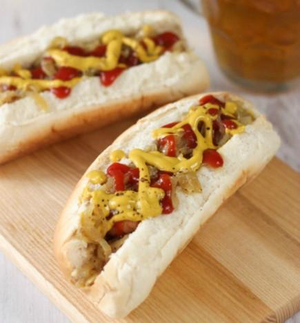 Prancūziško batono sumuštinis su mėsos kukuliais ir karamelizuotais svogūnais