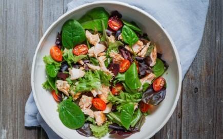 Salotos su lašiša ir pomidorais