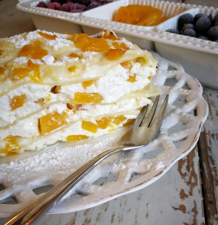 Saldi lazanija su varške, persikais ir vaniliniu bešamelio padažu