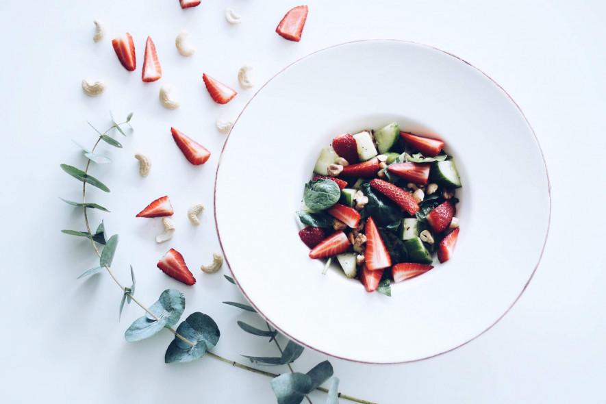 Pikantiškos špinatų ir braškių salotos