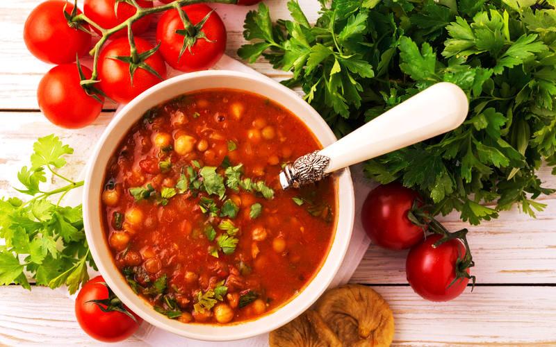Pomidorinė vištienos sriuba su avinžirniais