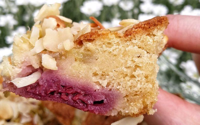 Drėgnas rabarbarų ir braškių pyragas