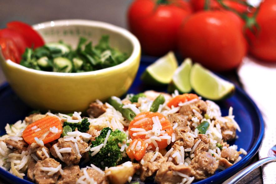 Sojų gabaliukai su ryžiais ir daržovėmis