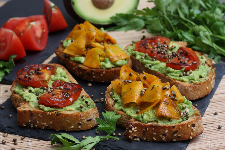 Tobuli sumuštiniai su keptom morkom ir pomidoru